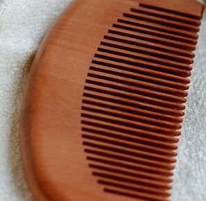 Benefits of Using Wooden Comb in Hindi